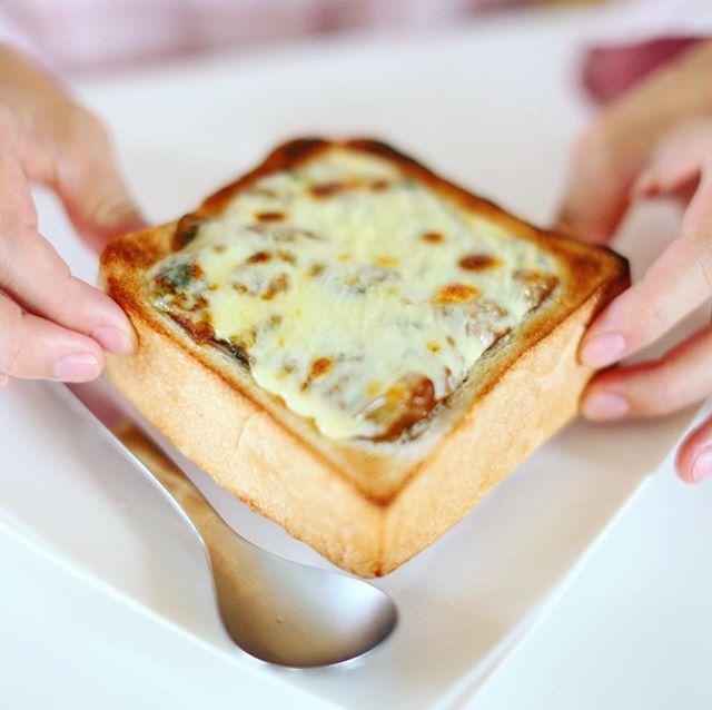 Risoの食パンでくり抜きカレーチーズトースト作ったー。中からキーマカレーがドゥルンドゥルン出てくるグッドモーニング。うまい! (Instagram)