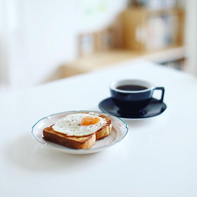 ピカソの湯種食パンで目玉焼きトースト。グッドモーニングコーヒー。うまい! (Instagram)