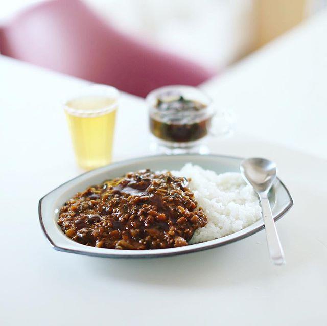 今日のお昼ご飯は、夏野菜たっぷりキーマカレー&空芯菜とキノコのお味噌汁。うまい! (Instagram)