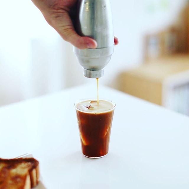 グッドモーニングアイスコーヒー。シェーカーを導入したのでカフェシェケラート風になった。うまい! (Instagram)