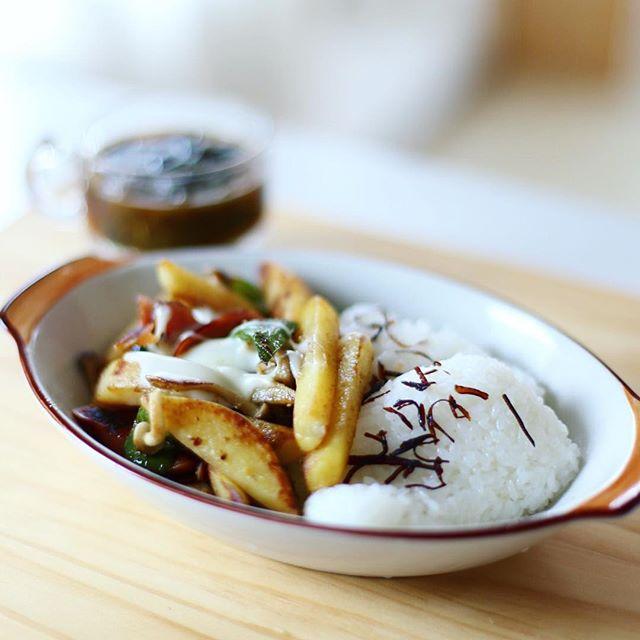 今日のお昼ごはんはチーズジャーマンポテト風ドライカレーwith塩昆布ごはん、夏野菜いろいろのお味噌汁。うまい! (Instagram)