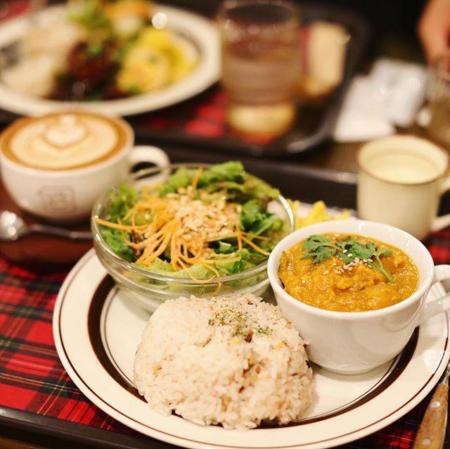 丸の内のCafe Oneにランチしに来たよ。ひき肉とかぼちゃのカレー&カフェワンラテ。うまい!#オニマガ名古屋散歩 (Instagram)