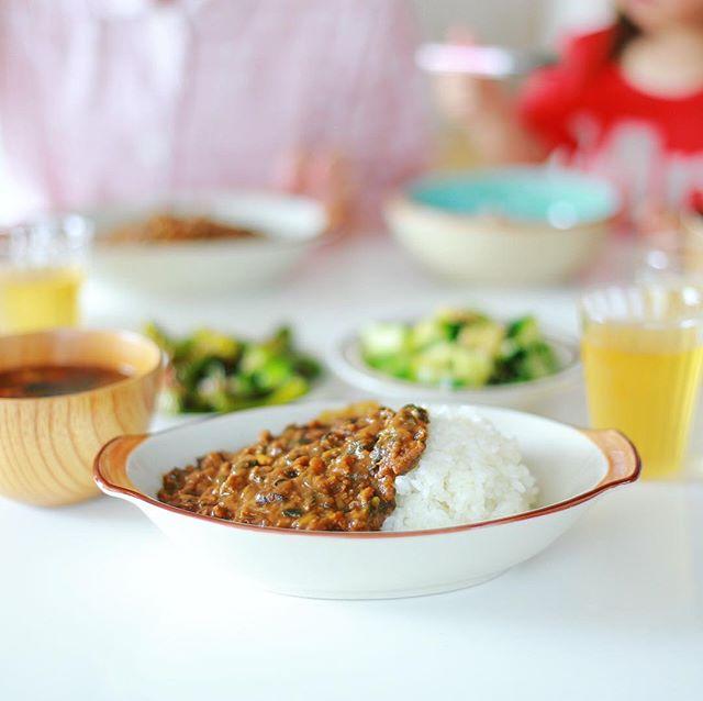 今日のお昼ご飯は、夏野菜キーマカレー、焼きシシトウ、きゅうりのサラダ、オクラとミニトマトのお味噌汁。うまい!今日はこのあと14:00からナディアパーク6階のキッズステーションで奥様の童謡DJ。 (Instagram)