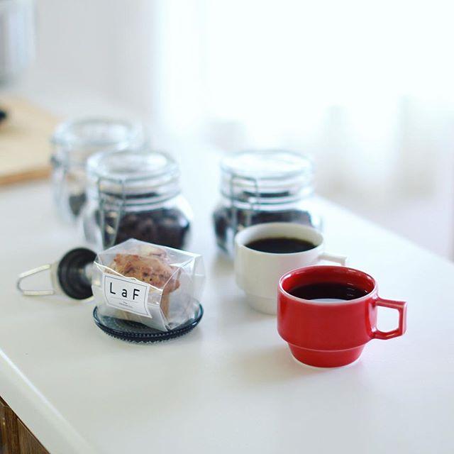 LaF the organicsのアップルシナモンマフィンでグッドモーニングコーヒー。先週作った手網焙煎コーヒーの同じ豆の手法違い飲み比べ。うまい! (Instagram)