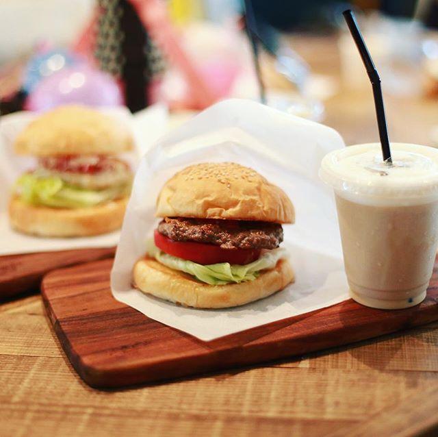本山のLiberty Sand #リバティサンド でやってるイベント「ショップ in SHOP」に遊びに来たよ。子どもがいっぱいのお祭り。ハンバーガー&チキンバーガー&アイスオレでお昼ごはん。うまい!#オニマガ名古屋散歩 (Instagram)