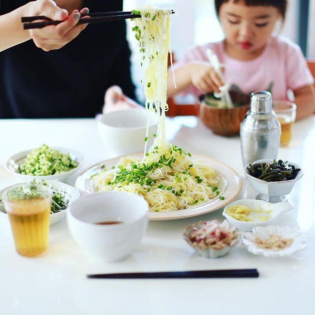 今日のお昼ご飯は、柚子そうめん。薬味7種類用意したら麺より薬味の割合が多くてサラダそうめんになってしまった。うまい! (Instagram)