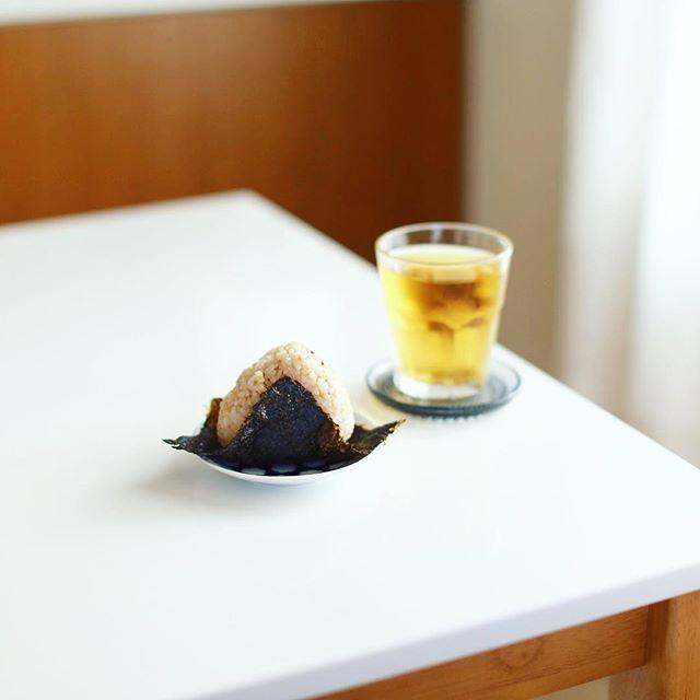 グッドモーニング、発芽玄米おにぎり塩昆布味&水出しほうじ茶。うまい! (Instagram)