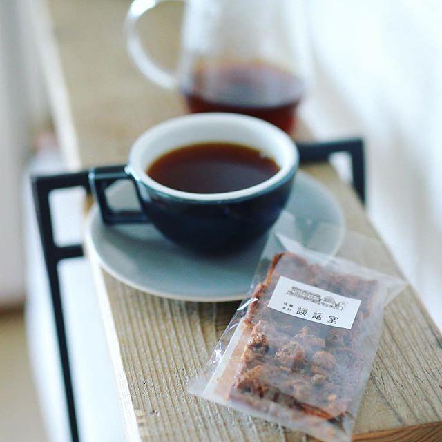 塩竈市杉村惇美術館の談話室のフランスかりんとでグッドモーニングコーヒー。お土産にもらったやつ。コーヒーにベストマッチ。うまい! (Instagram)