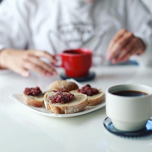 sino.a Bagelのカンパーニュであんバターカンパーニュ&コーヒー。うまい! (Instagram)