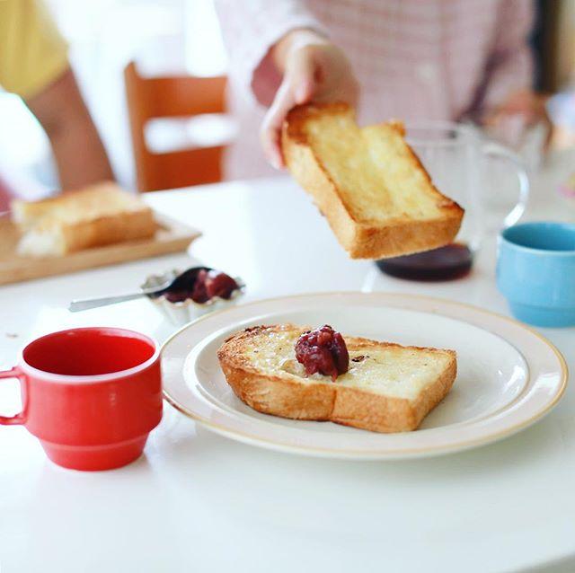 あんバタートースト&コーヒーで関東人に名古屋的モーニングをお見舞いする朝。しるこサンド付き。ゆでたまごを作り忘れたー。うまい! (Instagram)