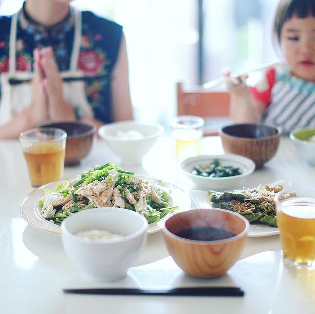 今日のお昼ごはんは、バンバンジー、焼きししとう、十六ささげのおひたし、茄子としめじとわかめのお味噌汁、白米。うまい! (Instagram)