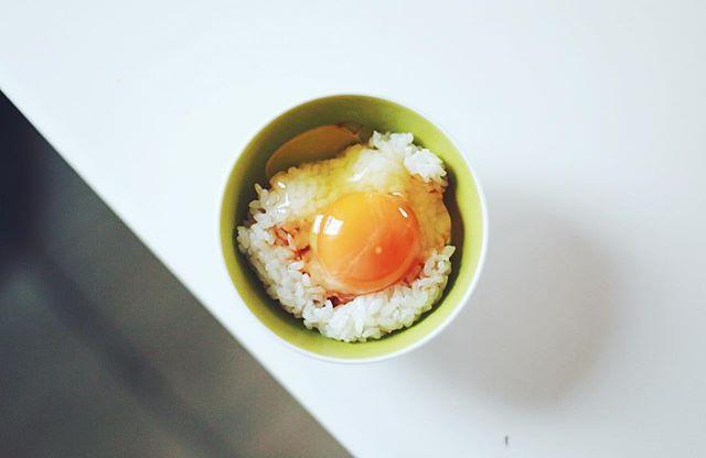 グッドモーニング卵かけご飯。他の人たちがお盆で帰省中なので静かな朝。うまい! (Instagram)