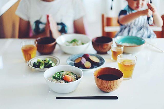 今日のお昼ご飯は、月見しらす丼、さつまいもの煮物、きゅうりの塩麹和え、ネギと茗荷と大葉のお味噌汁。しらすはオアシス21オーガニックファーマーズ朝市村の篠島お魚の学校で買ってきたやつ。うまい! (Instagram)
