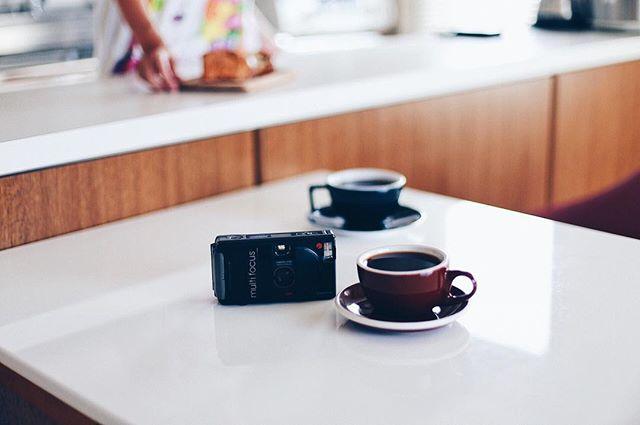 2歳半の子供用にCHINON AUTO 3001っていう昔のフィルムカメラが届いたー。写ルンですから一歩進化。グッドモーニングコーヒー。うまい! (Instagram)