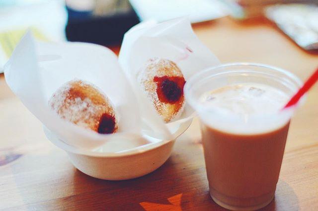MondでやってるBERLIN FESでおやつタイム。焼き菓子ジュールの揚げたてベルリーナー&コーヒー。うまい! (Instagram)