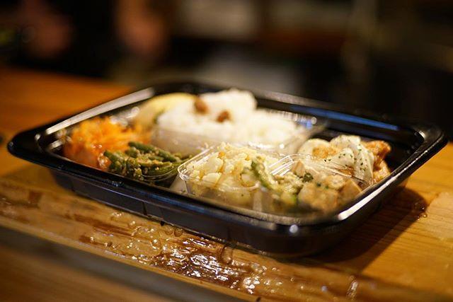 今日のお昼ご飯は、清浄寺の境内にできた立ち呑みAmiのお昼のおばんざい弁当チキン南蛮。うまい! (Instagram)