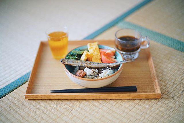 今日のお昼ごはんは、なんらかの焼き魚の発芽玄米弁当、桑の木豆とわかめのお味噌汁。うまい! (Instagram)