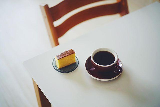 お土産にもらった文明堂のカステラでグッドモーニングコーヒー。うまい! (Instagram)