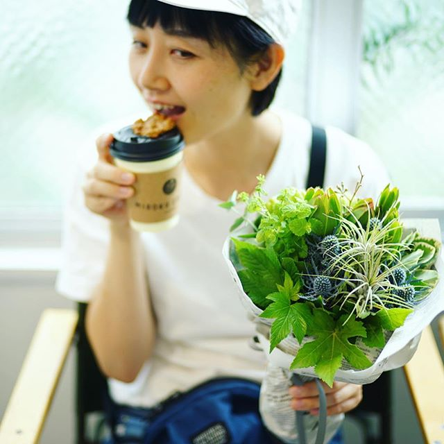 ContのFLOWER STANDでMIROKU COFFEEタイム。ナイスなブーケも買えたー。うまい! (Instagram)