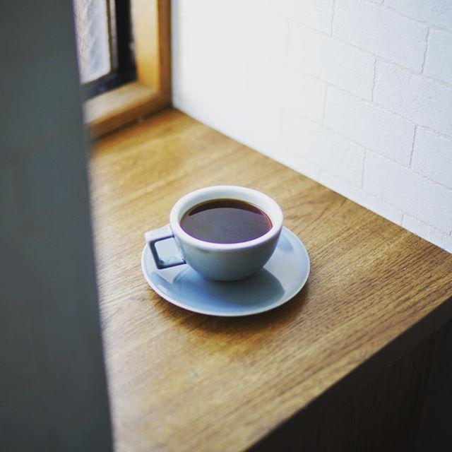 グッドモーニングコーヒー。気分転換に家のいろんな場所でコーヒーを飲んでみる実験。今日は玄関。うまい! (Instagram)