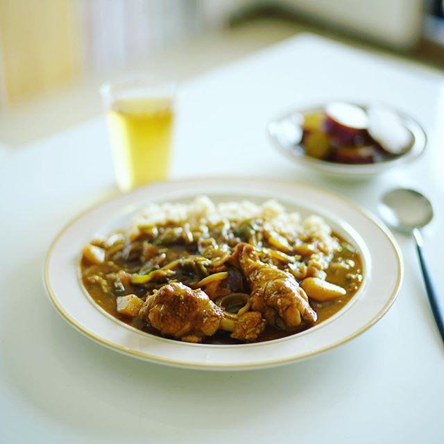 今日のお昼ごはんは、手羽元と夏野菜のカレー、さつまいものレモン煮。うまい! (Instagram)