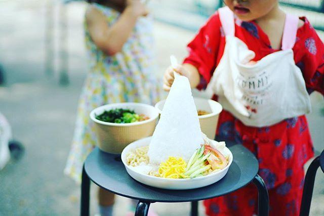 東別院てづくり朝市へ遊びに来たので、サワディーCarの冷やし中華&ぞうめし屋の肉みそのり玉ごはんでお昼ごはん。うまい! (Instagram)