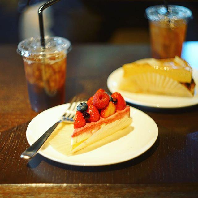 Flarie Cafeでおやつ休憩。夏いちごとハイビスカスのレアチーズタルト。うまい! (Instagram)