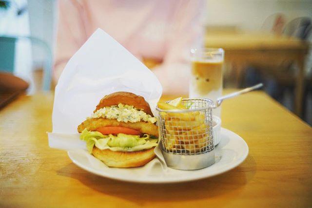 今日のランチはQ.O.L COFFEEでフィッシュフライバーガー&アイスラッテ。うまい! (Instagram)