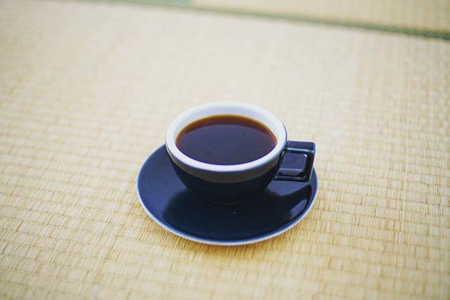 グッドモーニングコーヒー。気分転換に家のいろんな場所でコーヒーを飲んでみる実験。今日は和室。うまい! (Instagram)