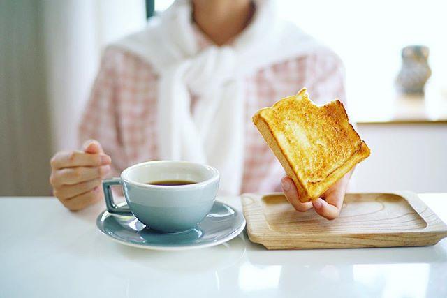 乃が美のパンでグッドモーニングコーヒー&トースト。6時半くらいかなーと思って起きたら8時半だった朝。そしてぼやぼやしてたらもう9時半の朝ごはん。うまい! (Instagram)