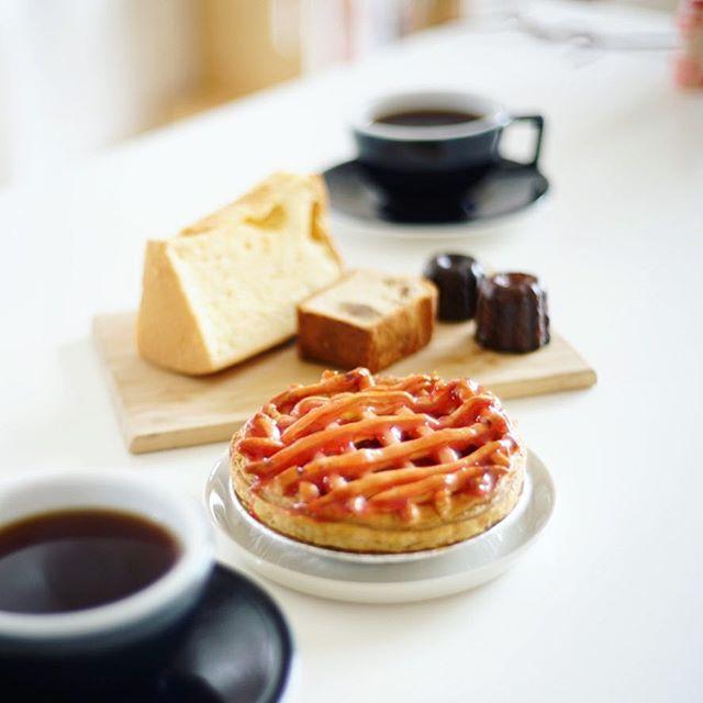 cafe Rob nagoyaでやってる甘党の市で買って来たお菓子で3時のおやつタイム。プラリネのカヌレ&マロンパウンドケーキ、おかしの森くるみのアップルパイ、cafe boccoのシフォンケーキ。うまい!...#caferob_nagoya #キッチュエビオ #甘党の市 #プラリネ #praline #おかしの森くるみ #cafebocco (Instagram)