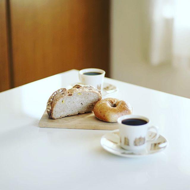 お土産にもらったサチパンベーグルとおっぱらコーンのフォカッチャでグッドモーニングコーヒー。うまい! (Instagram)