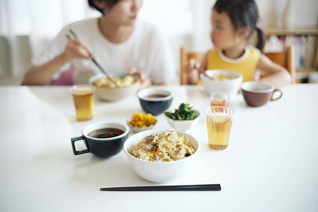 今日のお昼ご飯は、豚玉丼、空芯菜のおひたし、かぼちゃサラダ、茄子と小松菜のお味噌汁。うまい! (Instagram)