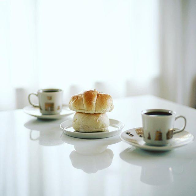 お土産にもらったフルールドゥリュクスのロールパンと白パンでグッドモーニングコーヒー。うまい! (Instagram)