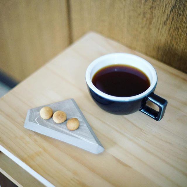 グッドモーニングコーヒー&奥様が夜なべして作ってくれた卵ボーロ。こどものやつをちょっともらった。うまい! (Instagram)