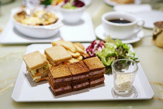 名古屋栄三越のThe Flower Tableにランチしに来たよ。黒豚ミートローフと野菜のミルフィーユサンドウィッチ。シャルムベーカリーポンシェのパンとメツゲライイノウエのハムのやつ。食後のコーヒーはゴルピーコーヒー。うまい!#オニマガ名古屋散歩 #オニマガ栄散歩...#the_flower_table #メツゲライイノウエ #シャルムベーカリーポンシェ #ゴルピーコーヒー #golpiecoffee #フラワーテーブル (Instagram)