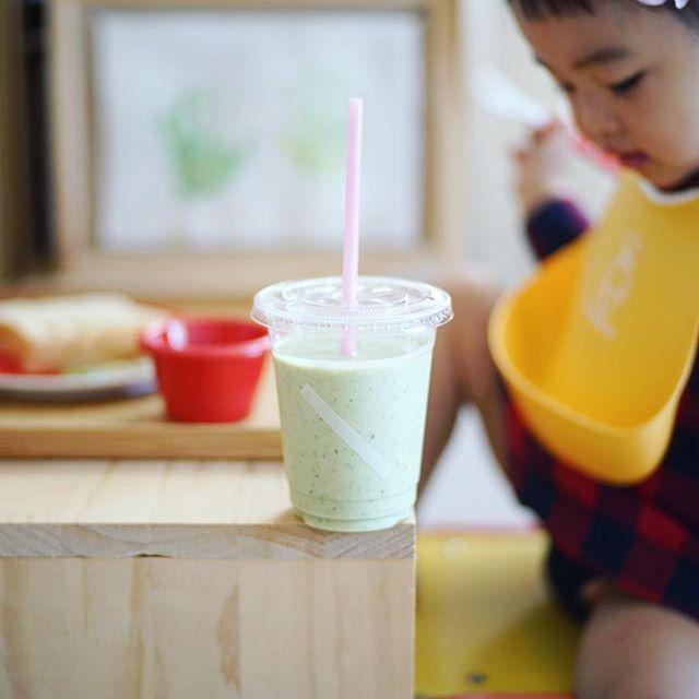 グッドモーニング小松菜バナナじゃばらスムージー。カップはリサイクル。うまい! (Instagram)