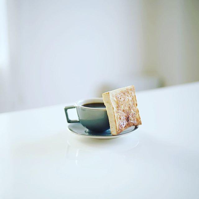 グッドモーニングコーヒーとパン。うまい! (Instagram)