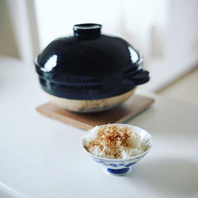 炊きたて土鍋ごはんでグッドモーニングおかかごはん。うまい!...#かまどさん #長谷園 #伊賀焼 (Instagram)
