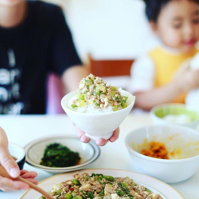 今日のお昼ご飯は、麻婆豆腐のっけごはん、春菊のおひたし、かぼちゃサラダ、スナップえんどうと茄子と大根葉のお味噌汁。うまい! (Instagram)