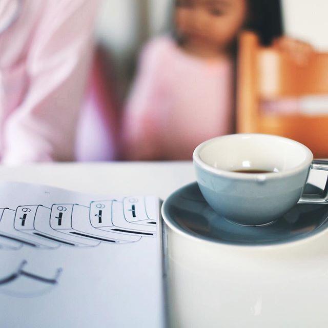 グッドモーニングコーヒー。風船を膨らませてピューっと飛ばすのが流行中の今朝。うまい! (Instagram)