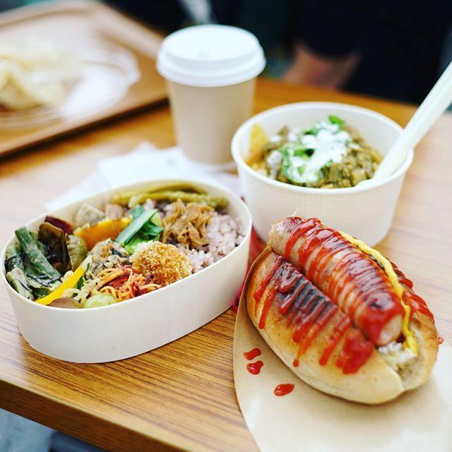 円頓寺でやってるブクマ古本市2017~本とおいしいにちよう市~に遊びに来たよ。SUNNY DAY CIRCUSのホットドッグと、ごはんとおやつとひとときとのお弁当と、タネヲマクのカレーと、喫茶クロカワのコーヒーでお昼ごはん。うまい!#オニマガ名古屋散歩 (Instagram)