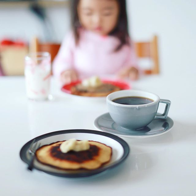 グッドモーニングコーヒー& 焼けすぎ米粉バナナホットケーキ。うまい! (Instagram)