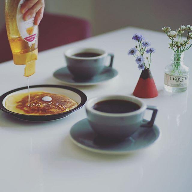 グッドモーニングコーヒー&米粉ホットケーキ。最近、奥様が毎朝いろんなパターンのホットケーキを作るのにハマっている模様。うまい!...#米粉のホットケーキ #米粉 #米粉スイーツ #breitsamer #ブライトザマー (Instagram)