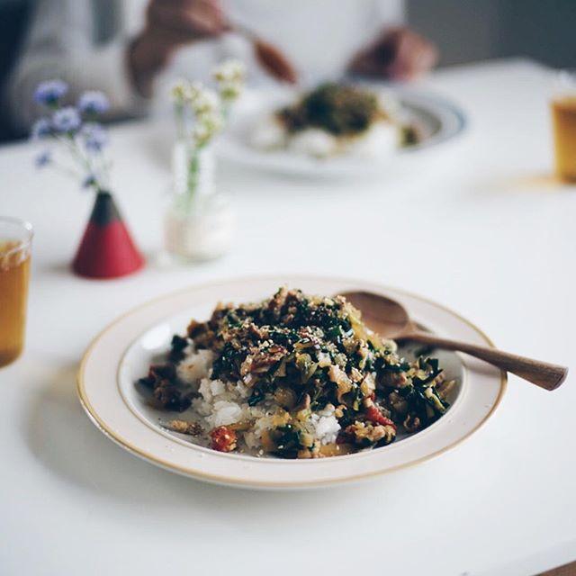 今日のお昼ご飯は、大根葉とニラの和風ドライカレー。うまい! (Instagram)