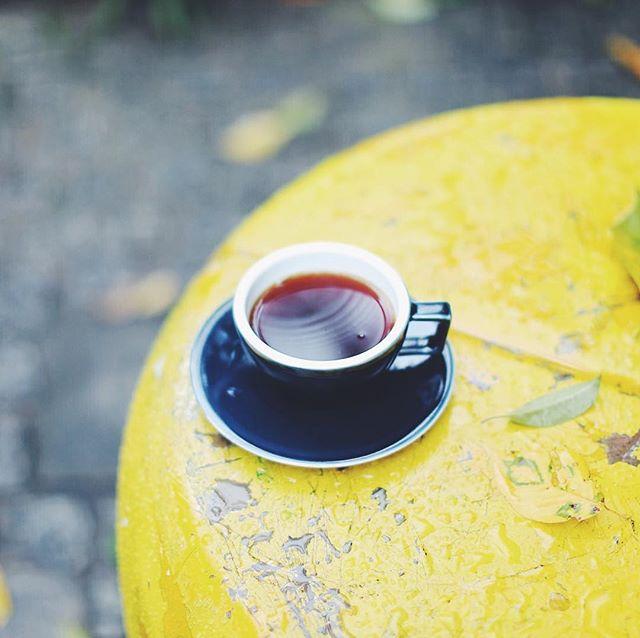 グッドモーニングコーヒー、雨上がりの公園。うまい! (Instagram)