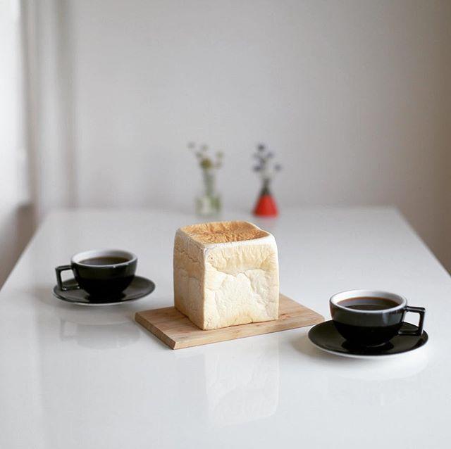 ぱんみみのプレミアム食パン丸かじりでグッドモーニングコーヒー。うまい! (Instagram)