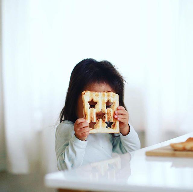 グッドモーニングトーストお面だぞー。台風で明日の東京写真部を中止にしたので(2010年からやってて初の中止!)、今日から3日間の予定が全部なくなった!何して遊ぼうかなー。うまい! (Instagram)