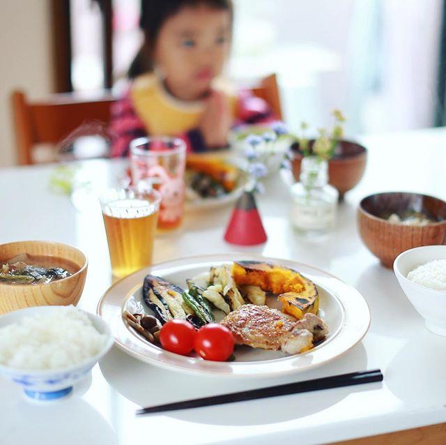 今日のお昼ご飯はチキンステーキと焼き野菜いろいろ、白菜のお味噌汁。冷蔵庫の在庫一掃メニュー。うまい! (Instagram)