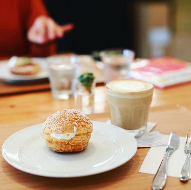 Q.O.L COFFEEで3時のおやつタイム。シュークリーム&カフェラテ。うまい!#オニマガ名古屋散歩 (Instagram)